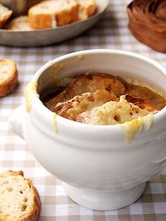 Soupe à l'oignon (Onion soup with cheese, lots of cheese... and croutons) une spécialité du Grand Colbert !