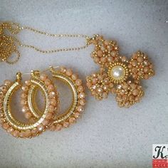 Kamona Accesorios (@kamonaaccesorios)   Instagram photos and videos Bead Jewellery, Bead Earrings, Wire Jewelry, Jewelry Sets, Jewelry Crafts, Jewelery, Handmade Jewelry, Women Accessories, Jewelry Accessories