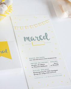 Geboortekaartje geel en grijs met vlaggenlijn (c)Alsjeblief.be