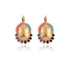 Boucles d'oreilles Scaramouche petit modèle - Ces boucles d'oreilles en forme de scarabée, travaillées sur du laiton vernis, composées de couleurs de perles de verre, de rocaille et de perles de culture. Prix : 77 €
