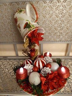 17 Amazing Christmas decorations with ornaments spilled from cups, ideas that raise our creativity Teapot Crafts, Cup Crafts, Christmas Projects, Holiday Crafts, Christmas Arrangements, Christmas Centerpieces, Xmas Decorations, Christmas Tea, Christmas Wreaths