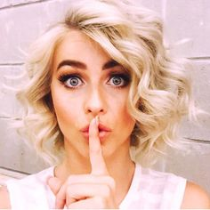 Short haircut and hairstyles from actriz Julianne Hough. Corte e penteados para cabelo curto loiro Curly Hair Styles, Short Blonde Curly Hair, Formal Hairstyles For Short Hair, Thick Hair, Short Hair Styles Formal, Loose Curls Short Hair, Curling Short Hair, How To Curl Short Hair, Curly Short