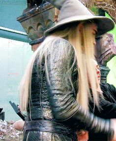 BOTFA EE Lee behind the scenes wearing Gandalf's hat. What a cute thing ~ aww
