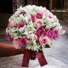 Simples e lindo #buque #wedding #weddingbouquet #weddingbouqueideas #afrikanhouse #buquederosasealstroemerias #elainecremm #elainecremmdecoracoes #elainecremmdecoracaoparaeventos