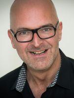 Lars Credo, gebürtiger Bremer, ist Wirtschaftswissenschaftler. Er führte während und nach seinem Studium Menschen in Unternehmen verschiedenster Größen und Branchen. Er hat über 20 Jahre Erfahrung und kennt die Grundlagen erfolgreicher Menschenführung. Im Rahmen seiner selbstständigen Tätigkeit als Coach und Trainer begleitete er bislang über 100 Führungskräfte auf ihrem Weg.