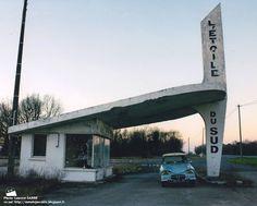 Sainte-Maure de Touraine - Station Service L'Étoile du sud Bauhaus, Pompe A Essence, Neon Noir, Beautiful Roads, Old Gas Stations, Building Art, Art Deco Period, Googie, Brutalist