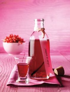 Roter Johannisbeerlikör A delicious and refreshing liqueur with vodka or double grain Wine Drinks, Cocktail Drinks, Cocktails, Veggie Juice, Fruit Juice, Sweet Cooking, Party Snacks, Diy Food, Wine Recipes