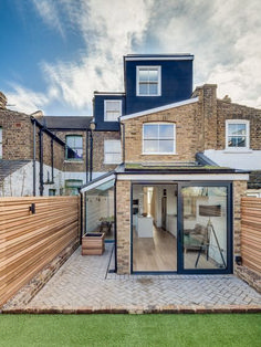 floor loft extension at the back of the property in a terraced house House Extension Design, Glass Extension, Rear Extension, Extension Ideas, Extension Google, Side Return Extension, Kitchen Extension Terraced House, Design Exterior, Exterior House Colors