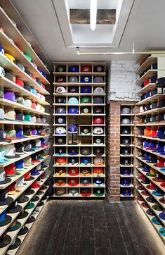 Have you found the best way to organize your hat collection? Whether you prefer a holder, hook, or stand, this DIY hat rack ideas is something you must see! Diy Hat Rack, Hat Hanger, Wall Hat Racks, Shoe Store Design, Clothing Store Design, Boutique Interior, Baseball Hat Display, Baseball Hats, Hypebeast Room