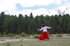 Schliesse die Augen und bewege deinen Körper frei.  Irgendwann kommen automatisch die Bewegungen, die deinen Körper harmonisieren und dadurch kann sich dein Herz öffnen. Mountains, Nature, Travel, One Day, Dance, Naturaleza, Viajes, Trips, Nature Illustration