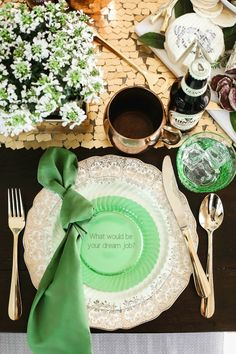 This green and gold tablescape is perfect for an Irish themed dinner party or St Patricks day party. patricks day party ideas decoration table settings Irish themed dinner party for St Patrick's Day - Celebrations at Home Dinner Party Decorations, Dinner Party Table, Dinner Themes, Shepherds Pie Recipe Pioneer Woman, Party Food For Adults, Irish Dinner, Luck Of The Irish, Day Plan, St Patricks Day