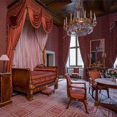 In 1806 werd Lodewijk Napoleon door zijn broer de keizer Napoleon Bonaparte benoemd tot koning van Holland. Koning Lodewijk Napoleon vond maar één gebouw geschikt als koninklijk paleis: het imposante stadhuis van Amsterdam midden in zijn nieuwe hoofdstad. In een paar korte maanden liet hij het ombouwen tot woonpaleis. Het stadhuis was weliswaar schitterend maar ook tochtig en kil en bovendien ontworpen voor een heel andere functie. De herinrichting was dus noodzakelijk voor het comfort van… French Bed, Villa Design, Empire Style, Abandoned Houses, Beautiful Interiors, Antique Furniture, Netherlands, Life Is Good, Decoration