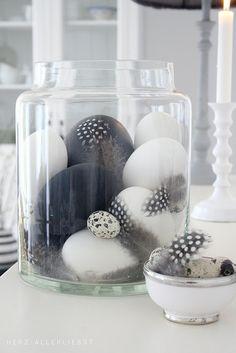 En blanco y negro • Black & white quail and emu eggs, in a big glass vase