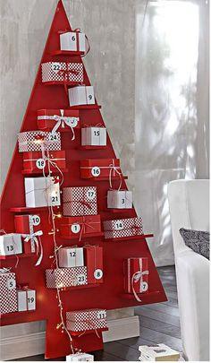 Adventskalender in de vorm van een kerstboom met plankjes om de pakjes op te leggen