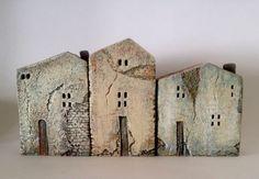 conjunto de 3 casas de cerámica, en arcilla de gres cocido alto, pintado con colores acrílicos