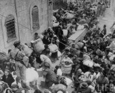 Los judíos de Jerusalem Este forzados a abandonar la ciudad por la Puerta de Sion en la Ciudad Vieja por orden de los jordanos.