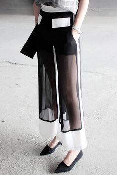 Black & white trousers with sheer panels; contemporary fashion details: Source by marcspecht fashion style Black & white trousers with sheer panels; contemporary fashion details: Source by marcspecht fashion style Look Fashion, Fashion Details, Street Fashion, High Fashion, Fashion Show, Womens Fashion, Fashion Black, Trendy Fashion, Elegance Fashion