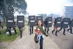 """O Massacre do Centro Cívico de Curitiba de 29 de abril de 2015, gerado pelo governo Beto Richa (PSDB) contra professores, estudantes, servidores e cidadãos, foi simplesmente """"esquecido"""" pela Retros..."""