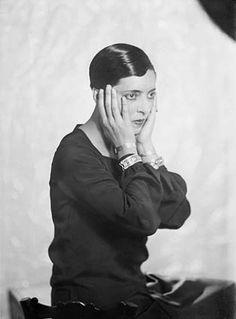 Eyre de Lanux - photo Man Ray 1925 Elizabeth Eyre de Lanux (1894-1996) Artiste écrivaine et dessinatrice Art Déco a créé des meubles laqués et des tapis à motifs géométriques à Paris dans les années 1920 Fréquente Valéry Larbaud, Léon-Paul Fargue, Jean Cocteau, Ezra Pound, Adrienne Monnier…. Aragon en tombe amoureux. Elle rencontre Eileen Gray et, à travers elle, Evelyn Wyld elle dessine des meubles modernistes. Voyage en Espagne pendant la guerre puis Paris Rome et New York Man Ray Photography, Artistic Photography, Aragon, Hans Arp, Vintage Lesbian, Jean Cocteau, Robert Doisneau, Paris Design, Famous Photographers