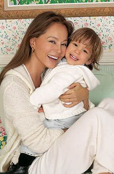 Isabel Preysler and grandson. She favors pale neutrals, and soft fur jacket. Beauty Over 40, 50 And Fabulous, Ageless Beauty, Fashion Over, Women's Fashion, Aging Gracefully, Forever Young, Old Women, Looking For Women