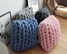 Diy Crafts To Do, Diy Arts And Crafts, Cute Pillows, Throw Pillows, Diy Cushion, Arm Knitting, Knitted Blankets, Diy Kits, Decoration