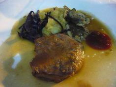 Lomo de venado asado, melocotones confitados y frutos rojos. Reserva online en EligeTuPlato.es