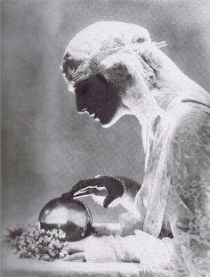 Crystal Gazing, Vogue, 1919.  Photo by Baron Adolph de Meyer
