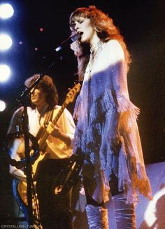 Stevie onstage with Billy Burnette who joined the Fleetwood Mac band along with Rick Vito as guitarists after Lindz B left ♫♥❤♥♫ http://www.fleetwoodmac.net/penguin/billy.htm