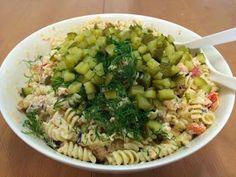 Liian hyvää: Pastasalaatti lämminsavulohesta Fusilli, Pasta Salad, Ethnic Recipes, Food, Red Peppers, Crab Pasta Salad, Essen, Meals, Yemek