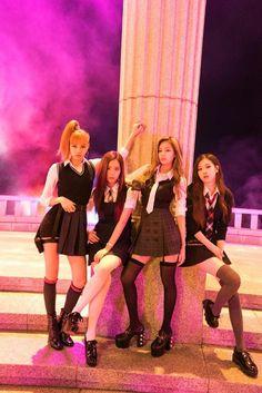 Lisa, Jisoo, Jennie e Rosé Kim Jennie, Kpop Girl Groups, Korean Girl Groups, Kpop Girls, Divas, Blackpink Lisa, Blackpink Fashion, Korean Fashion, Forever Young