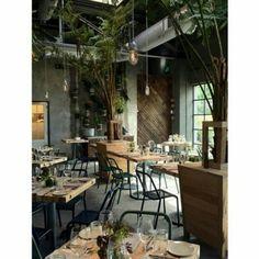 A mistura de materiais deste café com décor industrial e muito verde foi o ponto chave deste projeto da loja Terrain nos Estados Unidos. O local é uma atração em si e ainda oferece alimentos orgânicos que refletem o ciclo das estações do ano. #arquitetura #design #decor #interiores by arkpad