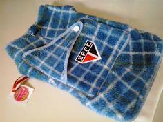 roupa de cachorro (a), confeccionada em tecido de veludo ou soft com forro de algodão , fechamento em velcro e clics , com argola para guia , tamanhos G e GG
