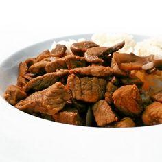 Na fitness hovězí se žampiony můžete použít libovou svíčkovou nebo zadní maso (roštěnec), ale výborná bude i zkližky, která je sice o něco tučnější, ale o to větší říz bude mít šťáva. Jako vysokoproteinový oběd je hovězí na houbách nejlepší sjasmínovou nebo basmati rýží.