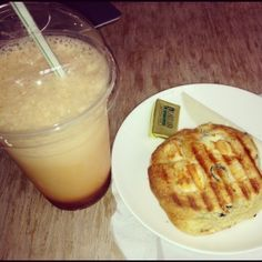 Lemon Sherbet iced tea and a feta and olive scone from Yumchaa