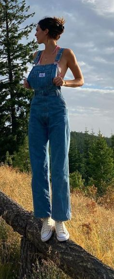 Who made Kendall Jenner's sneakers and blue overalls? Kendall Jenner Bikini, Kendall Jenner Outfits Casual, Kendall Jenner Casual, Kendall Jenner Mode, Kendall Jenner Clothes, Kendal Jenner Street Style, Kendall Jenner Jumpsuit, Kendall Jenner Fashion, Kendall Jenner Calvin Klein