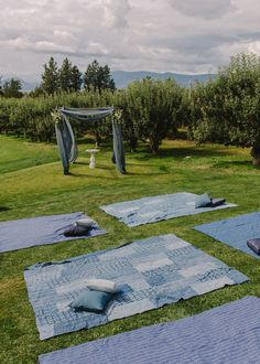 Backyard ceremony in Kelowna with large blankets and pillows | Image by Mathias Fast