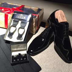 The Oxford Shoes are considered the most elegant men's shoes. Because of the patent finish, this design is perfect for ceremonies and formal events. Tudor Tailor, Black Patent Leather Shoes, Custom Made Shoes, Elegant Man, Men's Shoes, Oxford Shoes, Events, Formal, Natural