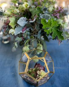 Love these California inspired centerpieces with greens, succulents and herbs!
