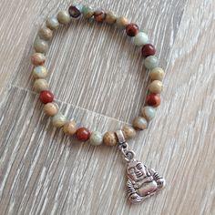 Armband van 6mm impression jaspis met metalen Boeddha. Van JuudsBoetiek, €14,50. Te bestellen op www.juudsboetiek.nl.