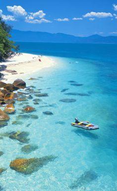 フィッツロイ島では国定公園に指定され、海の周囲には珊瑚礁が取り巻き、南北2000kmに及ぶグレートバリアリーフの中でも珍しい珊瑚礁と熱帯雨林同時に体験できる島。ケアンズ 旅行・観光でおすすめのスポット!