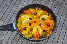 Eine leckere, bunte Paella kann man natürlich auch vegan zubereiten. Wir haben sie mit würziger Chorizo (wärmstens empfohlen und geschenkt von Susanne´s Bruder ;) ) verfeinert. Zutaten für 4 Person…
