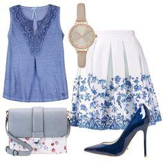 Outfit composto da un top con scollo a V di colore blue fatto in jersey con inserto sullo scollo in uncinetto, gonna a pieghe blue e bianca con fantasia floreale sul fondo e décolleté a punta di colore blue in pelle con tacco a spillo. Completano il look una borsa a tracolla blue con fantasia floreale e un orologio color nude.