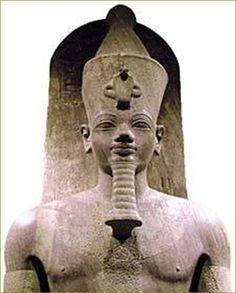 """Amen-hotep, dito """"filho de Hapu"""" (Athribis, 1440 a.e.c. - 1360 a.e.c.) Foi um vizir do faraó Amen-hotep III durante a XVIII dinastia egípcia. Desempenhou funções de comando militar, mas foi também arquiteto. À semelhança de Imhotep, foi transformado numa divindade. Nasceu em Athribis, uma cidade da região do Delta do Nilo, sendo de origem humilde. Começou a sua carreira como escriba, antes de alcançar o título de vizir. Entre as obras que supervisionou encontram-se os Colossos de Memnon,"""
