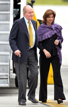 Juan Carlos I of Spain (L) is welcomed by Colombian Foreign Minister Maria Angela Holguin upon arrival at the CATAM military Airport in Bogota, 05.08.2014. Juan Carlos is to meet Colombian President Juan Manuel Santos during an official visit.