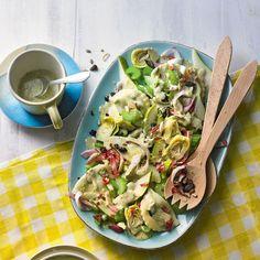 """Cappelletti-Salat mit Birnen - """"Die gefüllten Cappelletti machen sich ganz wunderbar im Salat und gehen mit Birnen, Chicorée und Artischocken eine köstliche Symbiose ein."""""""
