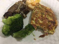 Omelete carne brócolis e queijo para mais um dia de Rotina! . Para mais 23 receitas low-carb grátis acesse o link da minha bio ( http://ift.tt/29YBk7P ) . . #senhortanquinho #paleo #paleobrasil #primal #lowcarb #lchf #semgluten #semlactose #cetogenica #keto #atkins #dieta #emagrecer #vidalowcarb #paleobr #comidadeverdade #saude #fit #fitness #estilodevida #lowcarbdieta #menoscarboidratos #baixocarbo #dietalchf #lchbrasil #dietalowcarb