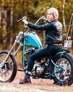Chicks on Choppers&Caferacers🔹 ( Motorbike Girl, Bobber Motorcycle, Motorcycle Tips, Women Motorcycle, Motorcycle Quotes, Motorcycle Outfit, Lady Biker, Biker Girl, Choppers