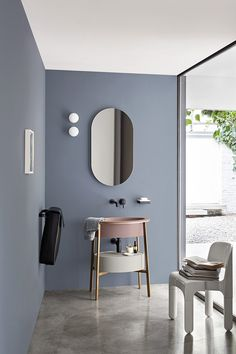 Salle de bains moderne, bleu gris au mur et lavabo vieux rose