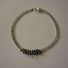 Bracelet chaîne argentée et chaîne de perles noires