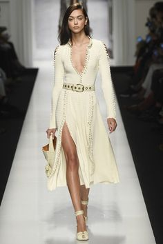 See the complete Ermanno Scervino Spring 2017 Ready-to-Wear collection.